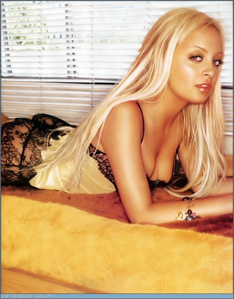 blondinka-s-chernoy-piskoy