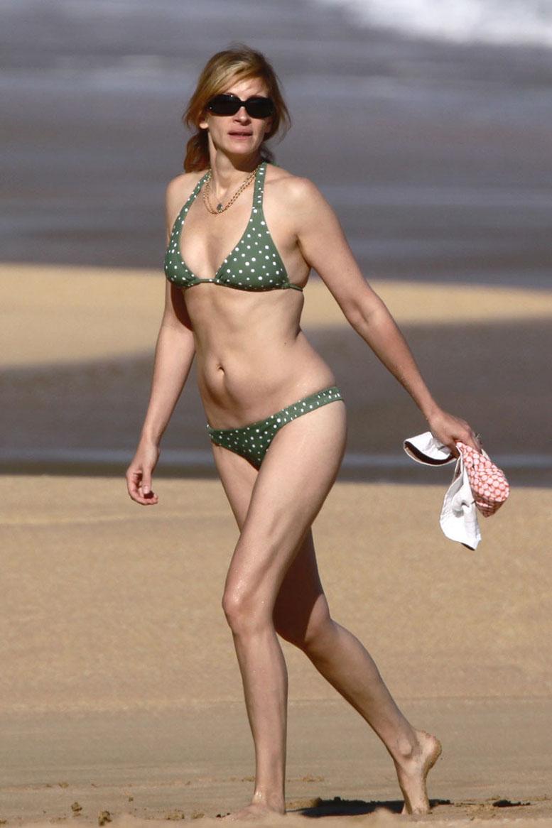 Julia Roberts2 Molly sims posing for paparazzi in tight bikini.
